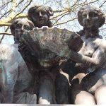 Der Dreimädelbrunnen befindet sich an der Ecke Kaiserswerther Straße/Friedrich-Lau-Straße im Düsseldorfer Stadtteil Golzheim