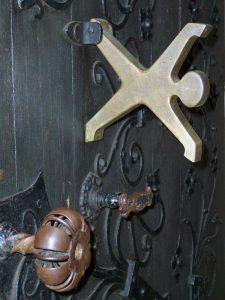Radschläger am Eingangsportal der Lambertuskirche in Düsseldorf